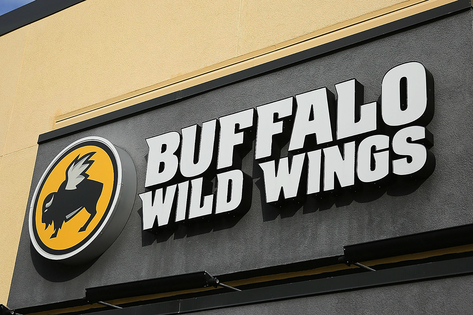 buffalo wild wings servers